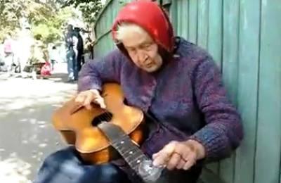russian-grandma-guitar