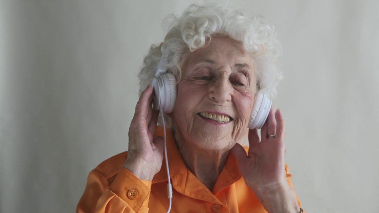 89 Year Old Lip Syncs To Her Favorite Song