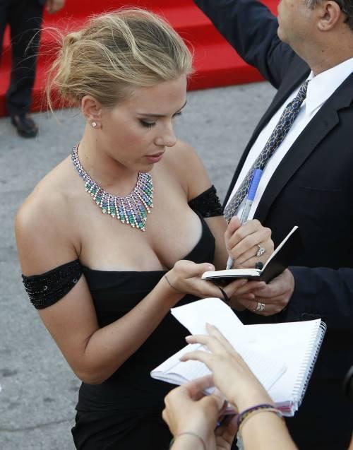 Scarlett Johansson Signing Autographs